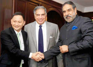 Union Minister for Commerce & Industry Anand Sharma with Tata Group Chairman Emeritus Ratan Tata and Singapore Airlines (SIA) CEO Goh Choon Phong (L) during a meeting in New Delhi on Friday.