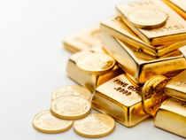 Gold swings below five-week high before Fed meeting