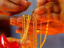 Continuing its falling streak for the fourth straight session, gold tumbled by Rs 260 to Rs 31,450 per ten grams in the national capital today.