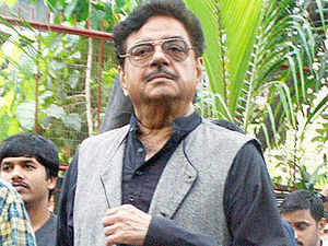 Shatrughan Sinha, who is BJP Lok Sabha member from Patna Saheb, drove to the house of Ram Narayan Singh in Gaurichak locality of Patna. Singh is among the six who lost lives in Sunday's explosions ahead of Narendra Modi's rally.