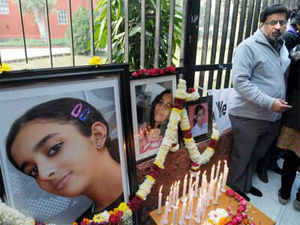 Defence lawyer in Aarushi Talwar murder case today argued before a CBI court here that the deep cuts found on the throats of the teenager and domestic aide could not have been inflicted using scalpel.
