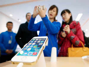 Although it remains widely popular in the smartphone market, Apple has been criticised for not offering any new low-cost iPhone or a large-screen iPhone in 2013 to compete with other OEMs.