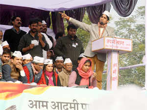 """AamAadmiParty alleged that local officials """"snatched"""" thetricolourduring its 'Jhaduchalao-beimanbhagaoyatra'."""