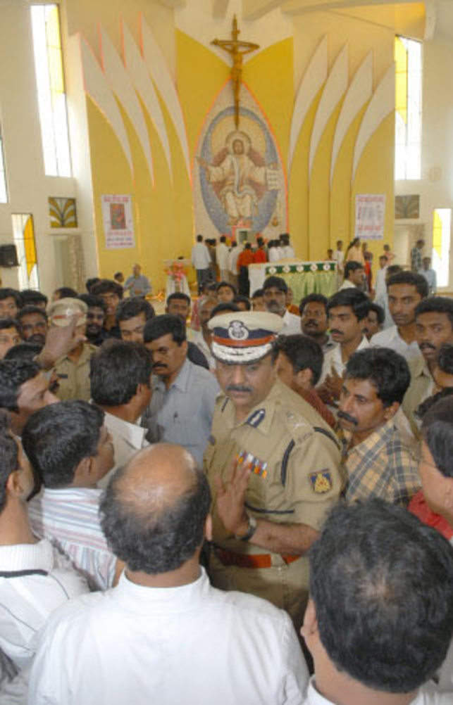 Christians arguing with City Police Commissioner Shankar Bidari during inspection the, ST.James Church on Marianna Palya after attacked by miscreants in Bangalore on Sunday. TOI Banglore