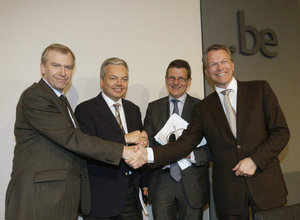 (L-R) Belgian Prime Minister Yves Leterme, Finance Minister Didier Reynders, Belgian-Dutch financial services group Fortis Chief Executive Filip Dierckx and Dutch Finance Minister Wouter Bos shake hands after a news conference in Brussels on September 28, 2008. (REUTERS)