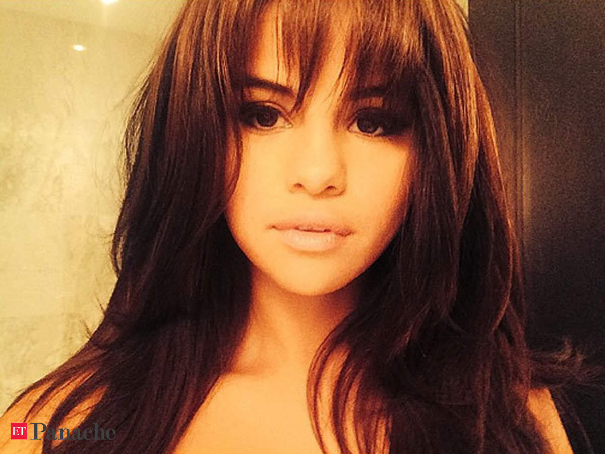 Selena Gomez Debuts New Hairstyle Gets Bangs The Economic Times