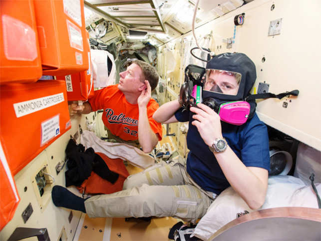 why astronauts in outer space experience weightlessness - photo #9