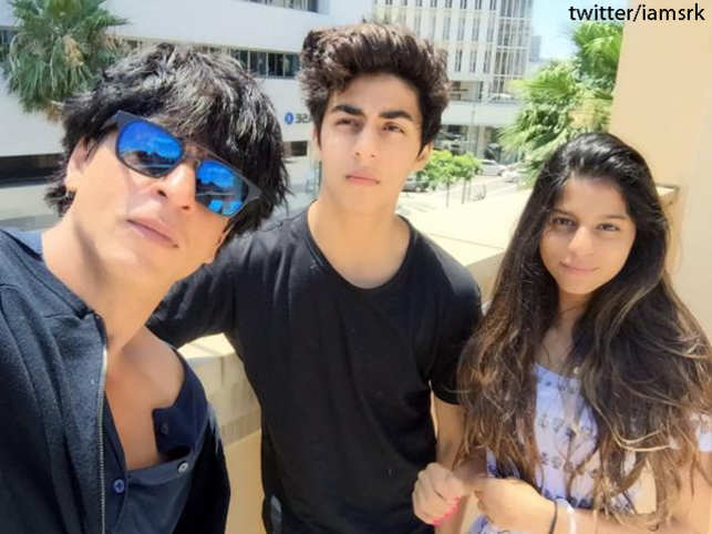 """Superstar ShahRukhKhan has shared aselfiewith his kids- Aryan andSuhana- after his """"lively and educative"""" California trip."""