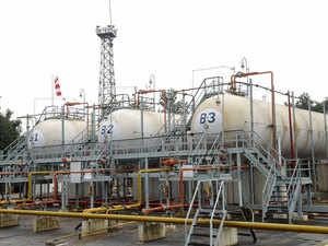 HPCL has shelved a plan to build a refinery inAndhraPradesh, although it will go ahead with a proposed petrochemical unit, the company's chief said.