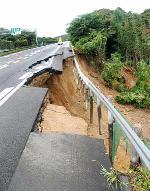 Catastrophe in China - Landslide follows Typhoon  Japan: Earthquake Destruction