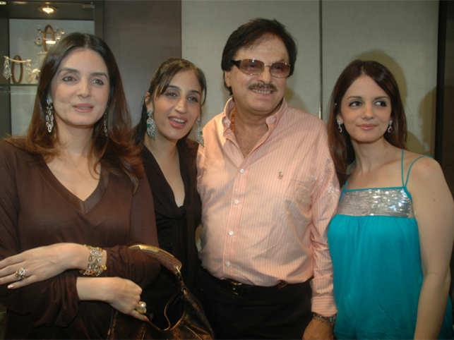 Simmone Singh, Farah Khan and Sussanne Roshan (R) with their father actor/director Sanjay Khan. (Image: BCCL)
