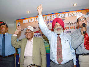 Rajya Sabha MP , Ram Jethmalani with officials of United Front of Ex-Servicemen soughting slogans during talking to mediamen in Patna.