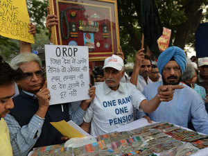Amid slogans against the government, the two veterans, who had also sat on a hunger strike, tried to burn their medals before the camera glare.