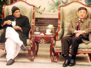 Singh met Fan Jingyu, the ruling Communist Party of China's Secretary of the University unit and discussed issues relating to training of the police officers, official source said.