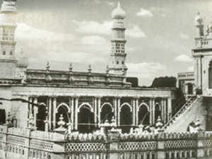 The biggest landmark of the area is the majestic Jumma Masjid that was constructed in the early 1800s by Haji Abdul Quddus, an officer in the Mysore state.