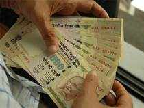 Currency speculators are again gaining from arbitrage bets between offshore and onshore markets as the rupee has slipped to a new low.