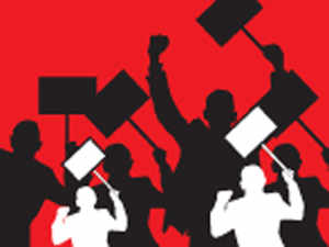 Intensifying their protest, students held a demonstration outside the residence of interim VC Vipin Srivastava when he was in a meeting with non-teaching staff.