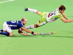 After losing two away games, Mumbai frittered a 3-2 lead with 3 mins left on the clock and allowed Delhi Wave Riders' to score the match-winning field goal.