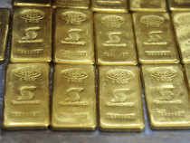 Traders are dumping gold in market as they are expecting 2-4% import duty cut in budget that will lead to market price quoting at a discount.