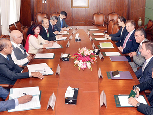 Pakistan's adviser on Foreign Affairs Sartaj Aziz, third from left, talks with Richard Olson, third from right, the US Special Representative for Afghanistan and Pakistan in Islamabad, Pakistan.