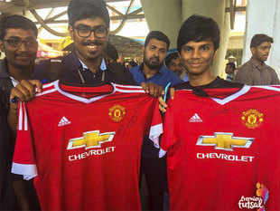 Ryan Giggs and Ronaldinho, the smiling assassin from Brazil are in India for the Futsal League.  Fans in Chennai got the opportunity to get autographs from Giggs.  (Image: Twitter)