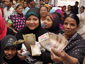 Crowd of people at Bankipur post office in Patna for exchanging their old Rs 1000 and Rs 500 notes.