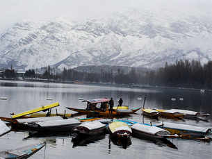 Fresh snowfall makes Kashmir valley picture perfect