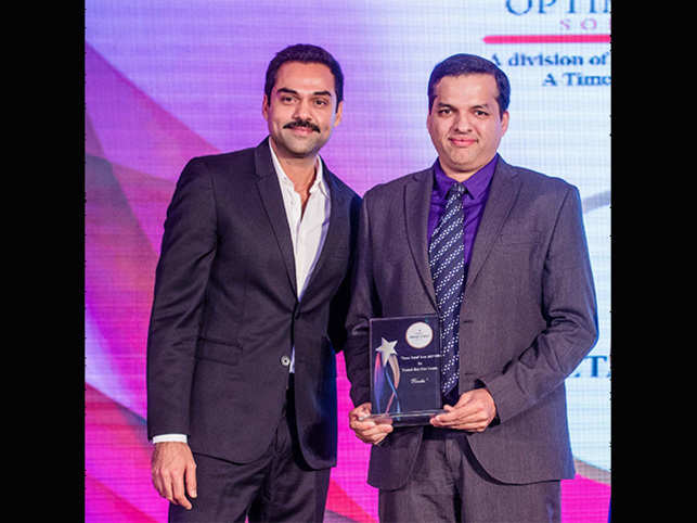 Abhay Deol felicitating Karkhanis during the Times Retail Icon 2017 awards for Trusted Skin Care & Hair Care Centre