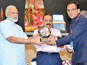 District Magistrate Saurabh Kumar has acknowledged that the ET Magazine article inspired him to think differently to remonetise Palnar.  In Pic: Dantewada district magistrate Saurabh Kumar receives the award from PM Modi