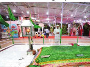 Devotees say that the scent of camphor and wicks soaked in ghee from the maha aarti combine with that of the `roshni-ki-rasm', burning of loban at the dargah, to create a fragrance without parallel.