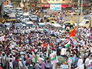 Milk vans were attacked in Pune and the milk were spilled on the road. Milk vans were attacked in Dhule too. The entire Nashik market was shut.
