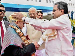 President Pranab Mukherjee being welcomed by Karnataka Chief Minister Siddaramaiah on his arrival in Bengaluru