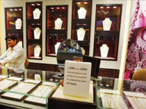 Kolkata has been a leading centre for manufacturing fine designer gold jewellery.