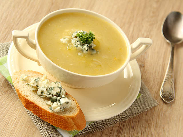Winter is almost here! Snuggle up with this white onion and apricot soup