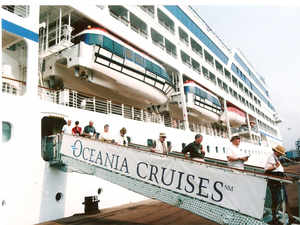 Cruise-tourists-bccl