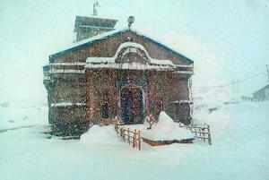 Kedarnath: A view of the Kedarnath temple amid heavy snowfall, in Uttarakhund's ...