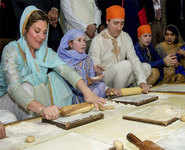 Canadian PM rolls out rotis at Golden Temple