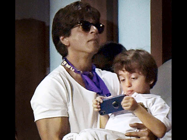 Shah Rukh Khan spends time with Ziva Dhoni in KKR-CSK match