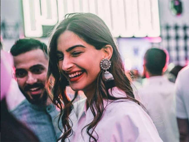 Sonam Kapoor, Anand Ahuja go green, opt for an elegant e-card for their big, fat wedding