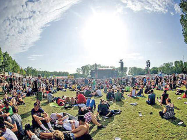 The comfortable set-up and top-class production, bring together an enthusiastic international crowd at Rock Werchter.
