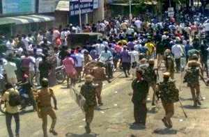 Tuticorin: Police personnel tackles agitators who were demanding the closure of ...