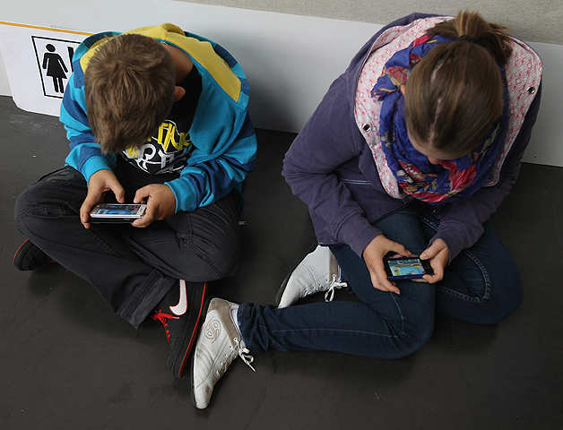Parents, take note! Smartphone usage during family time may affect your kids' behaviour