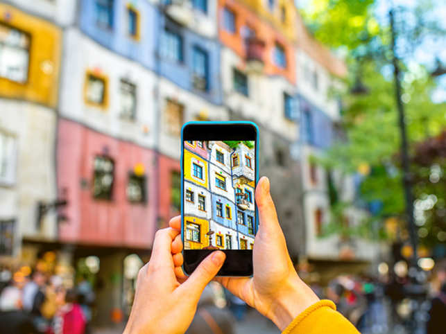 travel-photography-phone-taking-pictures-ThinkstockPhotos-532178068