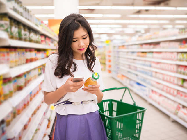 shopping-grocery-store-food-eat-phone--ThinkstockPhotos-472848510