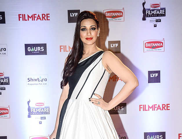 Sonali Bendre tweets about undergoing cancer treatment in NY; K-Jo, Madhur Bhandarkar, B-town send prayers, wishes