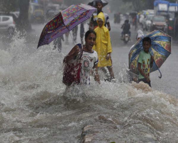 Mumbai Rains: Trains running at restricted speed in Nallasopara due to  water on tracks
