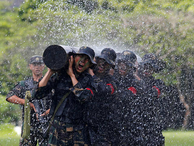 Chinese Special Forces conduct drills in Tibet