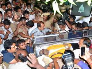 Hearing of DMK plea over Karunanidhi's burial site adjourned to 8 am