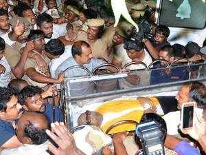 Madras High Court allows burial site for Karunanidhi at Marina beach
