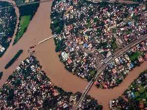 Kerala CM undertakes aerial survey of flood-hit districts